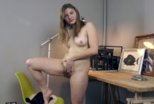 Alessia wanks on her desk to agonorgasmos