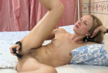 Julia milks in daybed with her dark fake penis