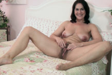 We meet the wonderful and aged Kaysy bare in couch