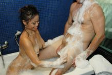 Great-assed Oriental stunner gives soapy rubdown and oral pleasure to tourist